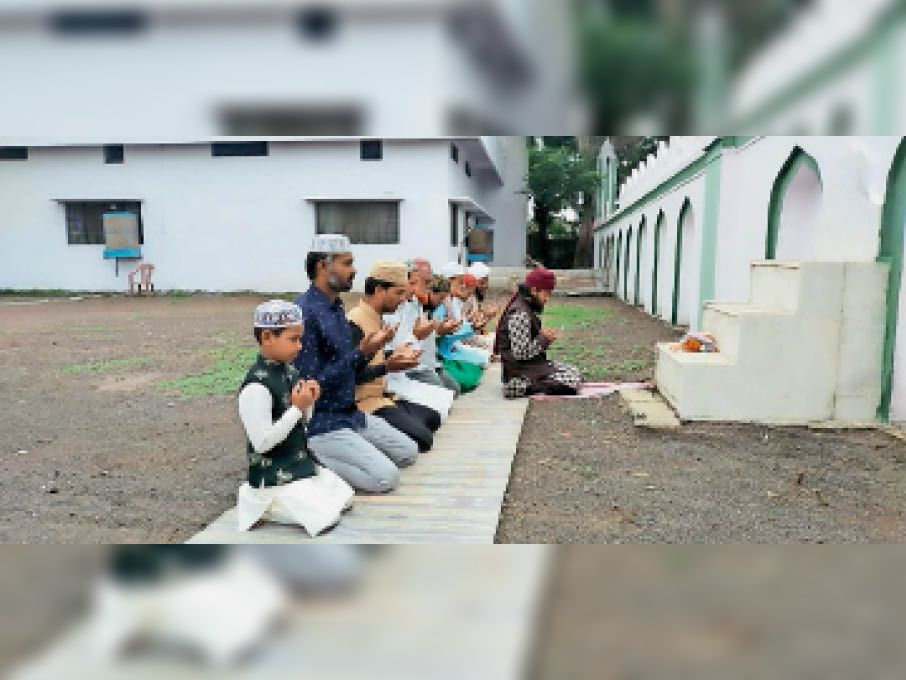 सेंधवा में जोगवाड़ा रोड स्थित ईदगाह पर नमाज अदा करते समाजजन। - Dainik Bhaskar