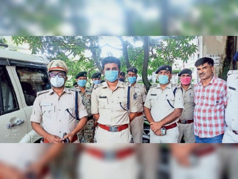 लौरिया थाने में उपस्थित दोनों जिलाें के पुलिस अधीक्षक। - Dainik Bhaskar