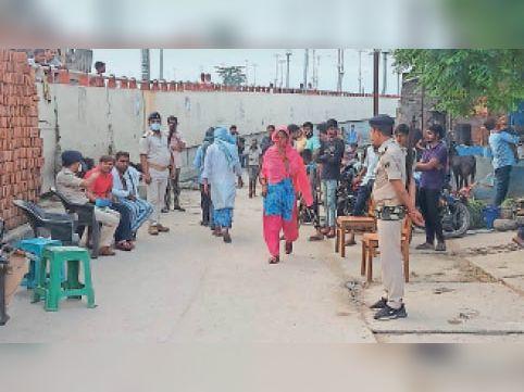 मृतक के घर पर पहुंची पुलिस व अन्य - Dainik Bhaskar
