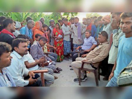 जमीन आवंटन के लिए बैठक करते तत्कालीन सीओ व अन्य। - Dainik Bhaskar