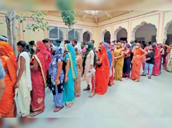 खेतड़ी. राजकीय अजीत अस्पताल में वैक्सीन लगवाने के लिए लाइन में लगी महिलाएं। - Dainik Bhaskar