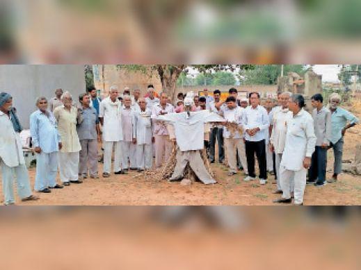 खुड़ोत में भाजपा प्रवक्ता गौरव भाटिया का पुतला जलाते ओला समर्थक ग्रामीण। - Dainik Bhaskar
