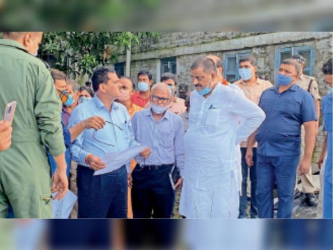 सुरक्षात्मक कार्यों का स्थल पर निरीक्षण करते जल संसाधन मंत्री संजय झा। - Dainik Bhaskar