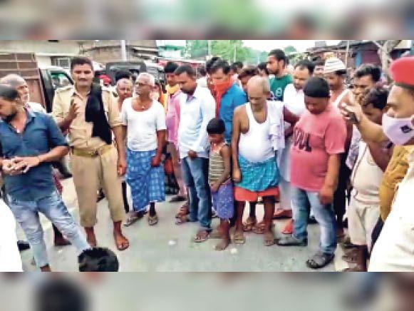 ममरखा भैया टोला गांव में युवक का शव मिलने पर जुटी लोगों की भीड़। - Dainik Bhaskar