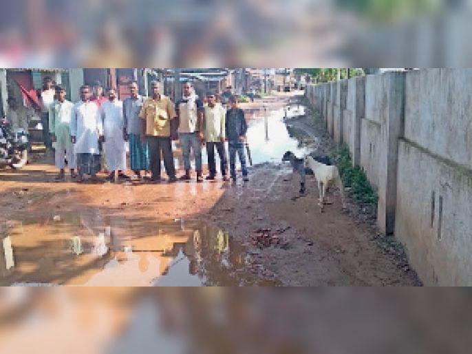 कुण्डवा चैनपुर में सड़क बनाने की मांग करते जदयू नेता। - Dainik Bhaskar