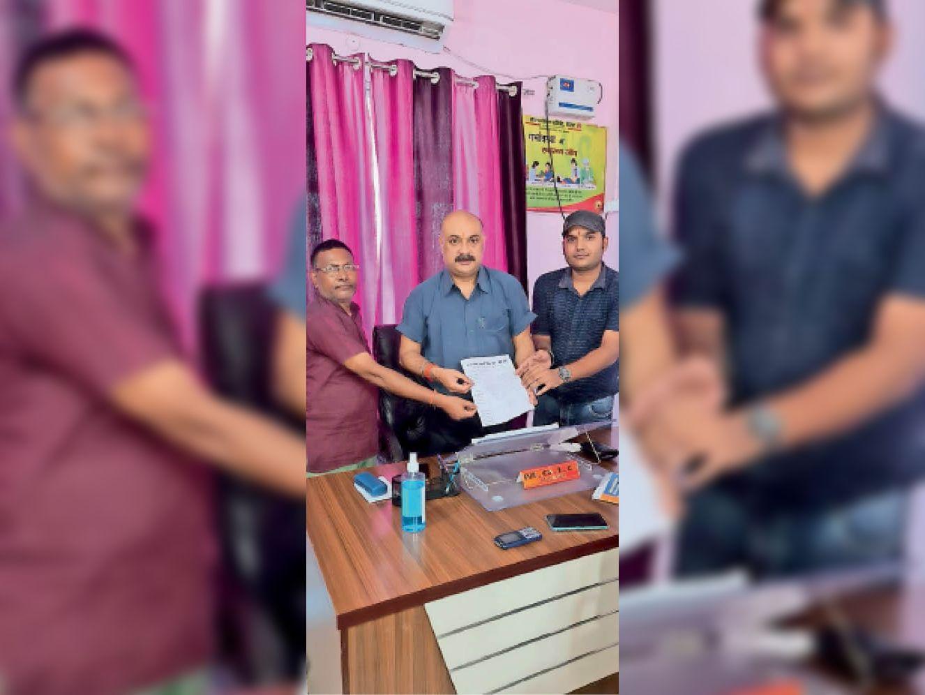 सुगौली में मेडिकल टीम को धन्यवाद देते व्यावसायिक संघ के सदस्य। - Dainik Bhaskar