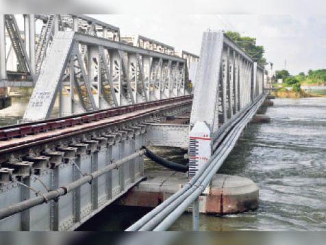 मगरदही में जलस्तर घटने के बाद दिखता रेल ब्रिज का पाया। - Dainik Bhaskar