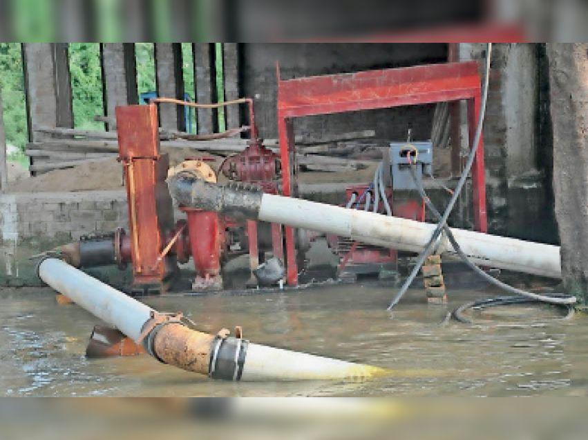साेनवर्षा चौक के पास लगाया गया 80 एचपी का पंप। इससे जलजमाव से निबटने में काफी मदद मिल रही है। - Dainik Bhaskar