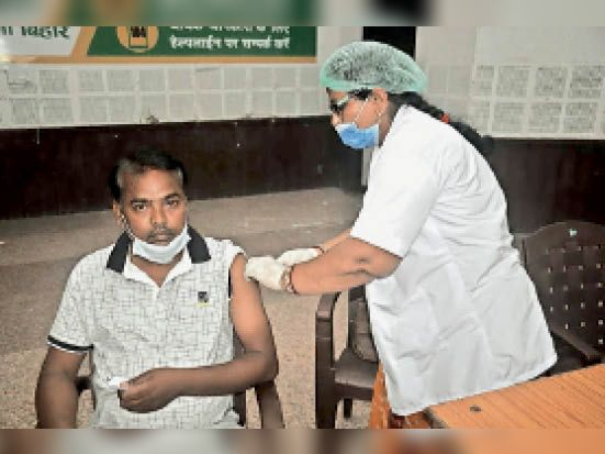 कोरोना से बचने के लिए वैक्सीन लेते हुए युवा। - Dainik Bhaskar