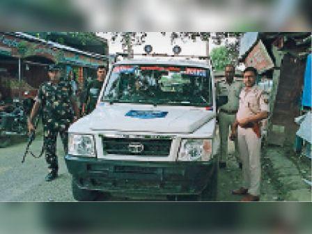 फ्लैग मार्च में शामिल पुलिस पदाधिकारी। - Dainik Bhaskar