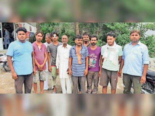रादौर| झगड़े के बाद मामले की जानकारी देते कॉलोनी के लोग। - Dainik Bhaskar