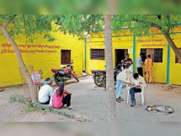 शहर के गर्ल्स स्कूल में चल रही प्रवेश प्रक्रिया को लेकर पूछताछ करती छात्राएं। - Dainik Bhaskar