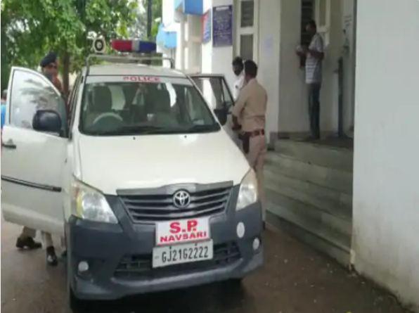 सूचना मिलते ही पुलिस महकमे के कई अधिकारी थाने पहुंचे।
