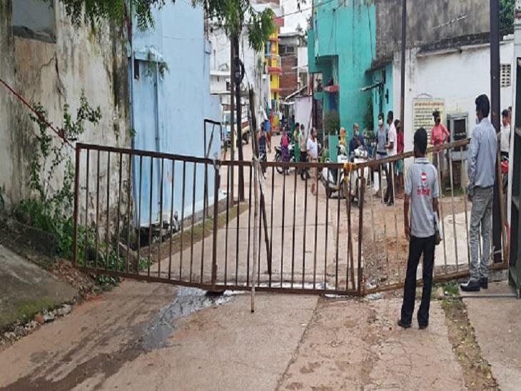 दुर्ग शहर के कसारीडीह में माइक्रो कंटेनमेंट जोन बनाया गया है। बावजूद लोग बिना रोक टोक के सड़कों पर घूम रहे है।