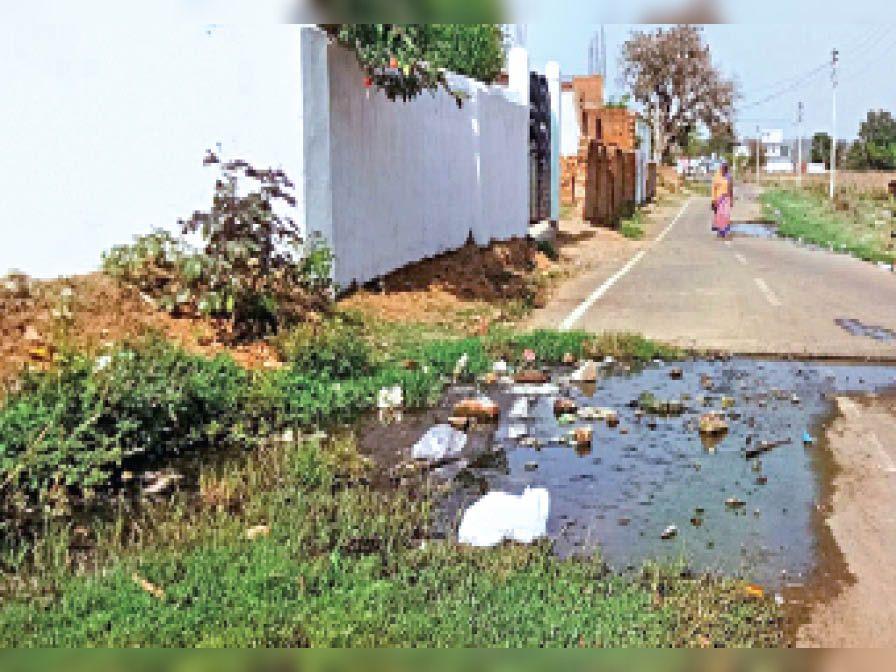 मार्गदर्शन राेड बैकुंठपुर में जाम नाली, पानी सड़क पर| - Dainik Bhaskar