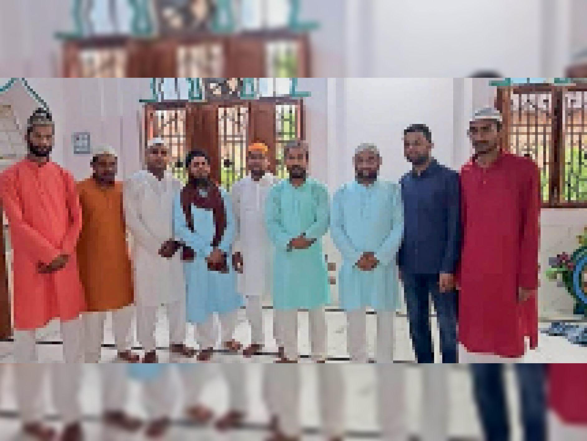 मस्जिद में ईद-उल-अजहा की नमाज अदा करने पहुंचे अकीदतमंद - Dainik Bhaskar