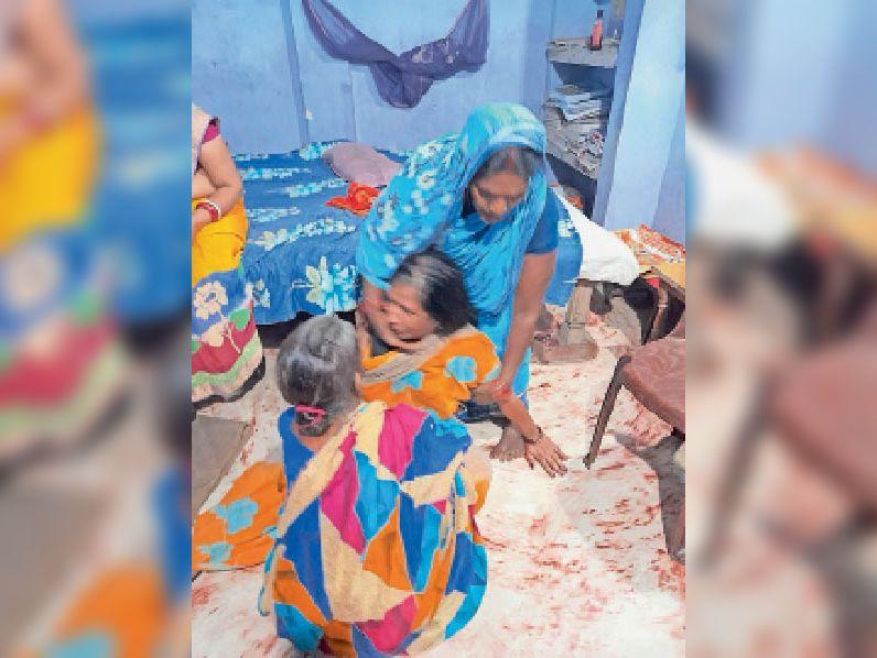 घटना के बाद रोती मृतक की मां। - Dainik Bhaskar