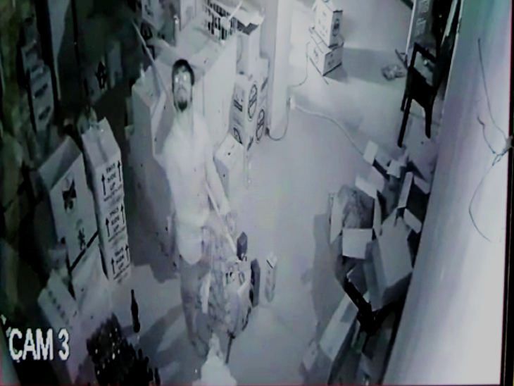 छत को तोड़कर शराब की दूकान और फोटो स्टूडियो में घुसा चोर, भगवान की फोटो देख पहले आशिर्वाद लिया; फिर चोरी किया लाखों का सामान|उदयपुर,Udaipur - Dainik Bhaskar