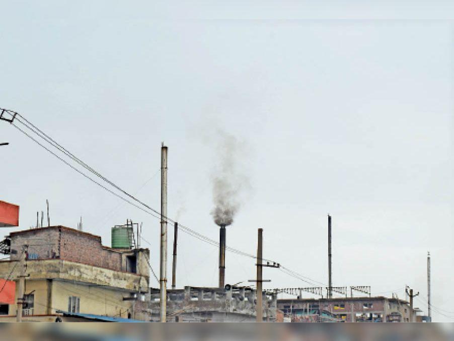 पानीपत. फैक्ट्रियों में लगी चिमनी से निकलता धुंआ। - Dainik Bhaskar