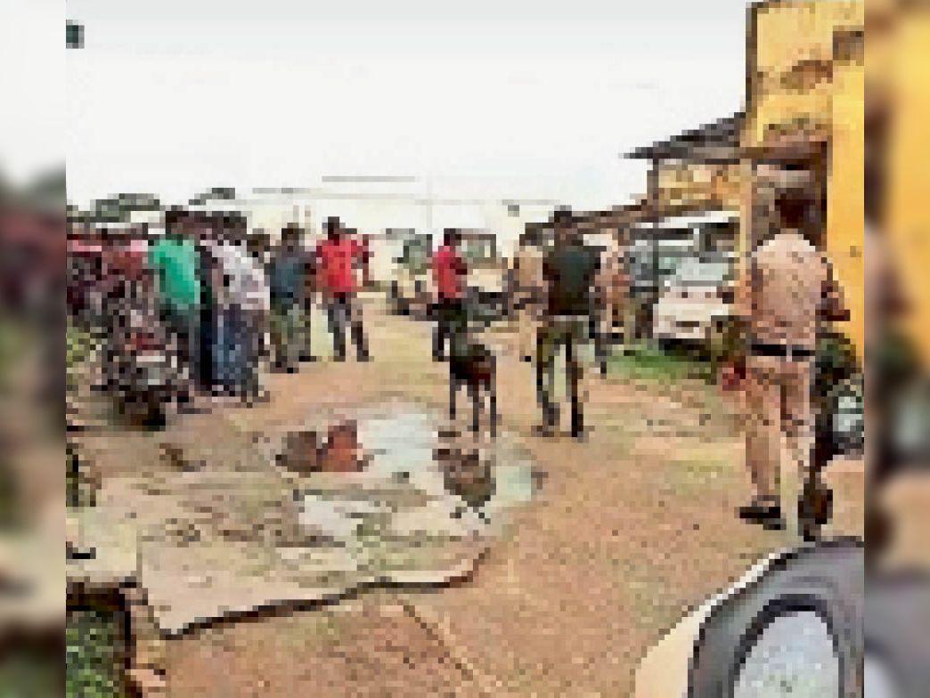 चोरों का पता लगाने में जुटा डॉग स्क्वॉयड। - Dainik Bhaskar