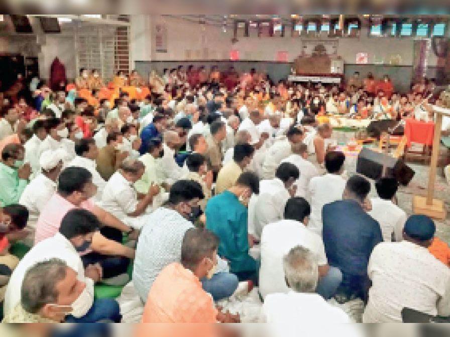 प्रवचन श्रवण करने बड़ी संख्या में समाजजन पहुंचे। - Dainik Bhaskar