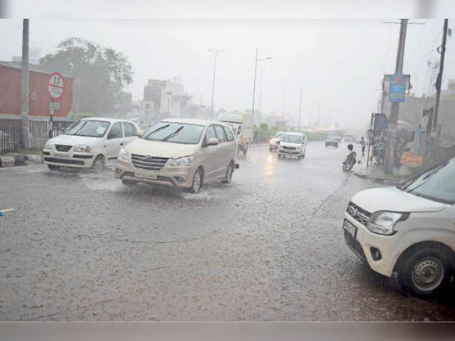 पानीपत. तेज बरसात के दाैरान सड़क से गुजरते वाहन। - Dainik Bhaskar