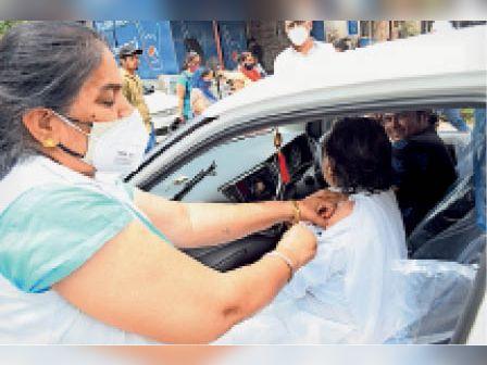 पानीपत. सिविल अस्पताल में कार के अंदर वैक्सीन लगातीं स्वास्थ्यकर्मी। - Dainik Bhaskar