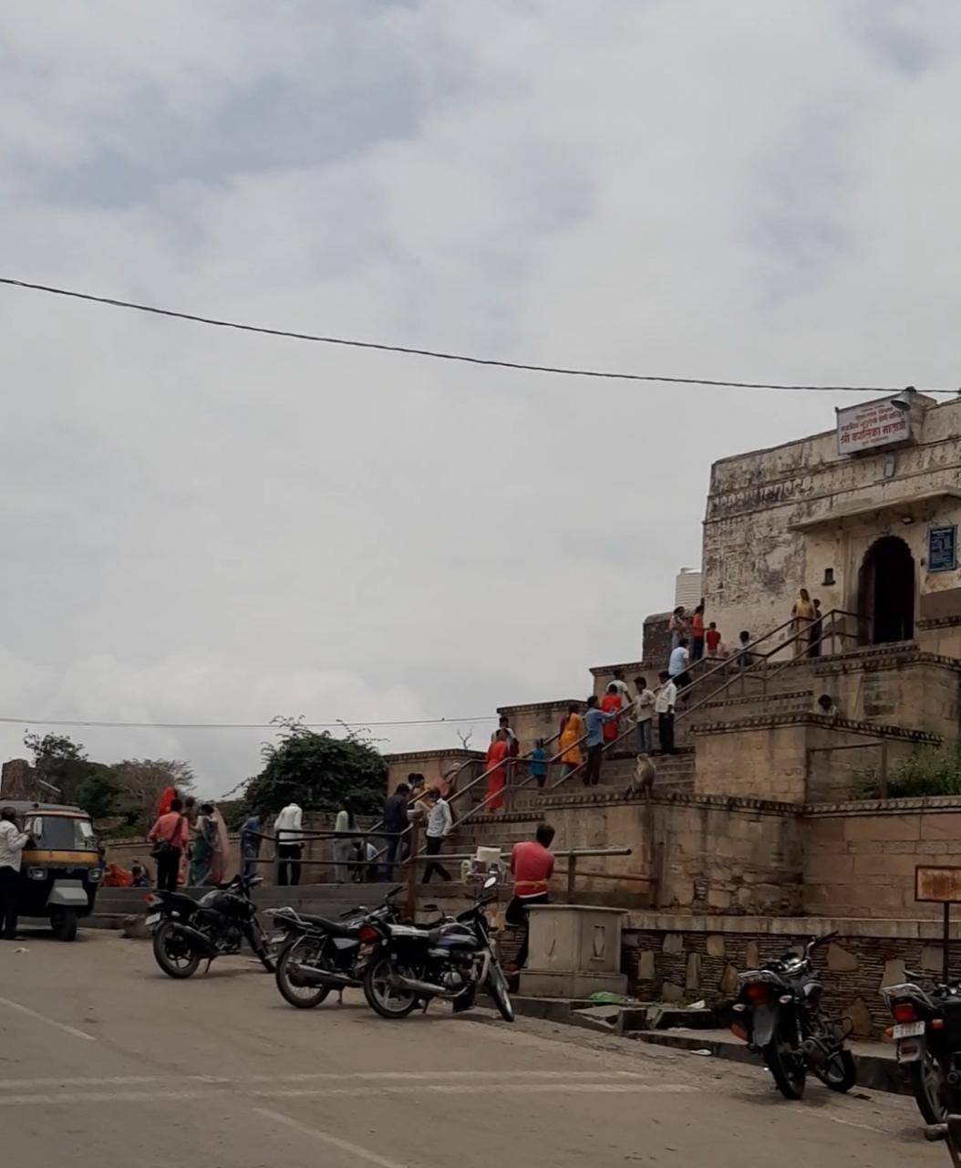 कालिका माता मंदिर में श्रद्धालुओं की भीड़।