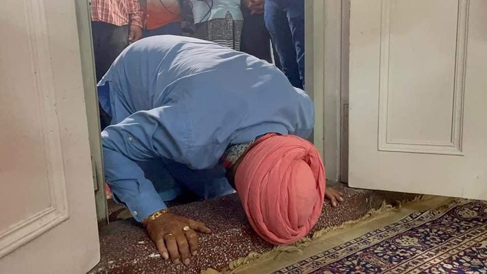 रविवार रात पंजाब कांग्रेस प्रधान बनने के बाद सोमवार सुबह सिद्धू ने पटियाला गुरुद्वारा दुख निवारण साहिब में माथा टेका। फिर वो काली माता मंदिर और मस्जिद भी गए।