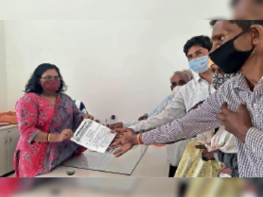 आलीराजपुर. भारतीय किसान संघ ने एसडीएम को ज्ञापन सौंपा। - Dainik Bhaskar