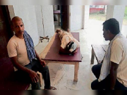 मारपीट की घटना में घायलव्यक्ति, जिसका चल रहा है इलाज। - Dainik Bhaskar