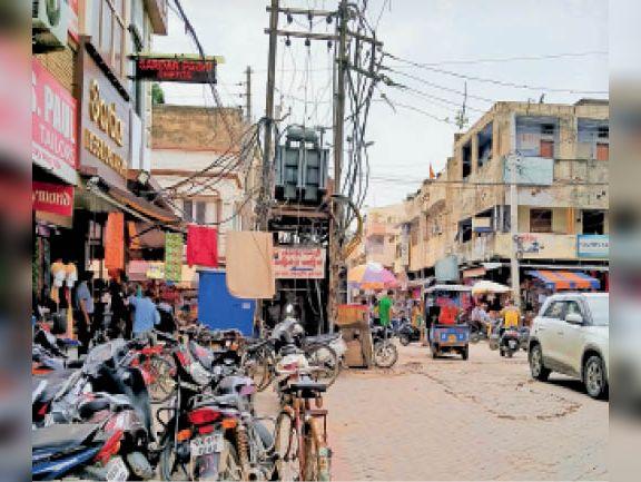 बजाजा बाजार में चाैराहे के साथ लगा ट्रांसफार्मर, जिसे शिफ्ट नहीं किया। - Dainik Bhaskar