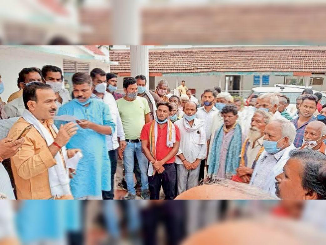 ग्रामीणों से चर्चा करते संगठन प्रभारी व विधायक - Dainik Bhaskar