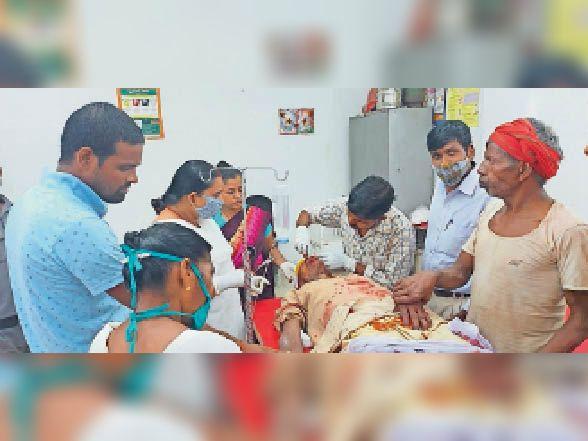 अस्पताल में इलाजरत बाइक से जख्मी हुआ वृद्ध। - Dainik Bhaskar