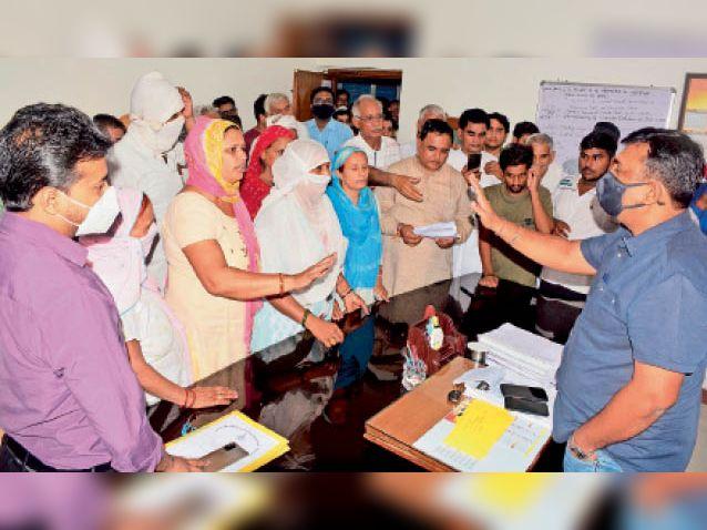 पानी काे लेकर एसई कार्यालय पर धरना, सीवर मैनेजमेंट विंग अधिकारी काे एसई समझ पीटने काे चप्पल निकाली रोहतक,Rohtak - Dainik Bhaskar