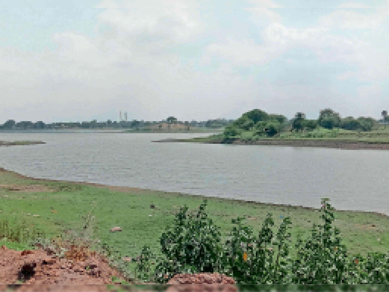 धार. शहर का जलस्त्राेत बनाए रखने वाला मुंजसागर तालाब खाली पड़ा है। - Dainik Bhaskar