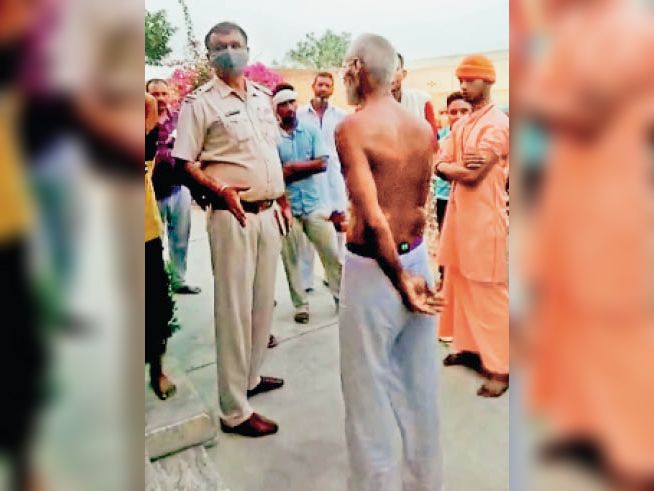 ग्रामीणों से बातचीत करते पुलिस अधिकारी। - Dainik Bhaskar