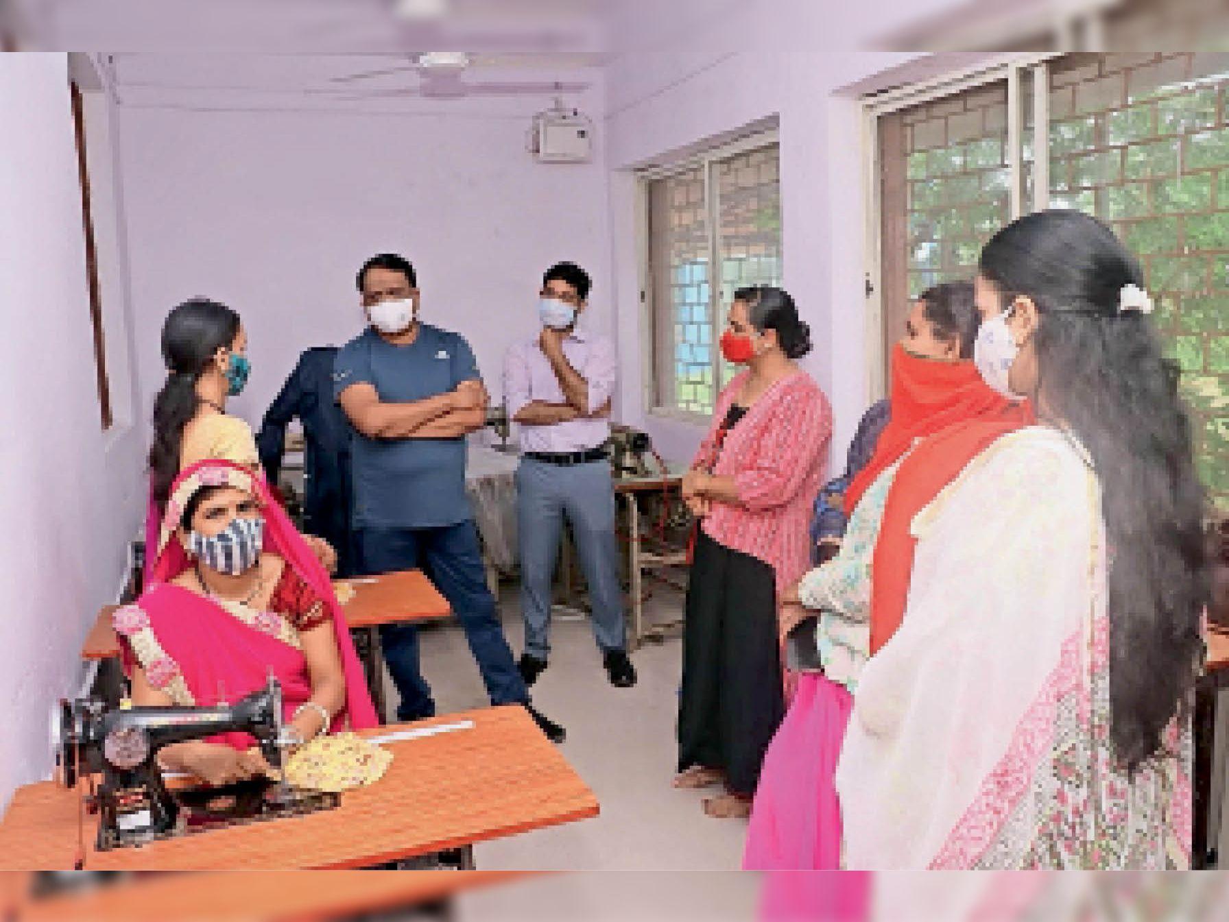 महिलाओं द्वारा तैयार किए जा रहे कपड़े, मास्क और साड़ियों को काे देखने कलेक्टर पहुंचे। - Dainik Bhaskar