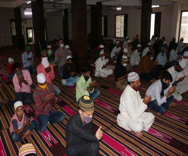 मस्जिद में नमाज पढ़ते हुए मुस्लिम समुदाय के लोग