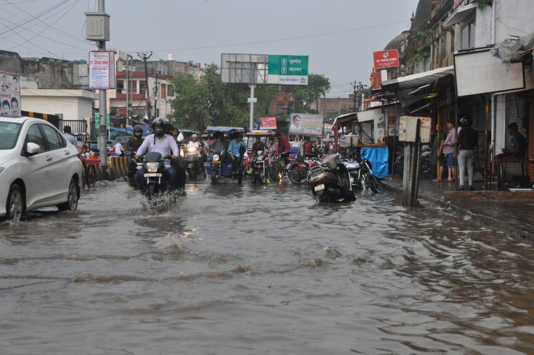 विजय नगर से कल्याणपुर रोड के बीच श्नैश्वर मंदिर से मसवानपुर तक सड़क पर पानी भरने से लोगों को दूसरे रास्तों से जाना पड़ा रहा है।