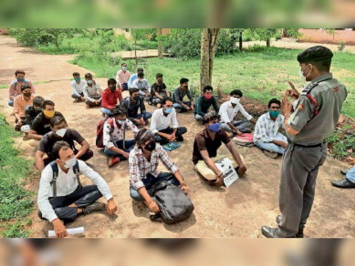 रोजगार मेले में आए युवाओं को जानकारी देते कंपनी के कर्मचारी। - Dainik Bhaskar