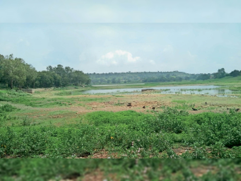 मांडू. इस मानसून में अच्छी बारिश नहीं होने के चलते इस तरह से अभी तक खाली है सागर तालाब। - Dainik Bhaskar