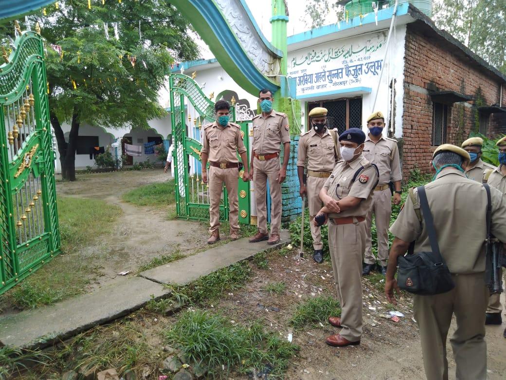 सुबह से ही कड़ी सुरक्षा के बीच बकरीद की नमाज अदा की गई। इसके बाद से कुर्बानी का सिलसिला जारी है। - Dainik Bhaskar