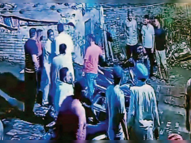 मंदिर का अखाड़ा खोलने को लेकर वार्ड-61 की पार्षद के पति माइक खोसला की दबंगई, मंदिर कमेटी के मेंबर्स पर तान दिया रिवॉल्वर|जालंधर,Jalandhar - Dainik Bhaskar
