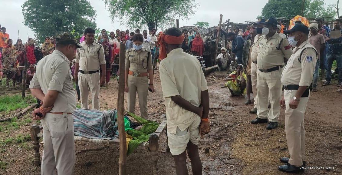 एसपी सिमाला प्रसाद ने घटनास्थल पहुंच परिजनों से बातचीत की। - Dainik Bhaskar
