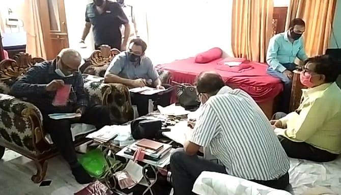 नगर निगम के लेखाधिकारी के 3 ठिकानों पर लोकायुक्त ने मारा छापा; नोटों की गडि्डयां, सोने के जेवर और प्रापर्टी के कागजात मिले मुरैना,Morena - Dainik Bhaskar