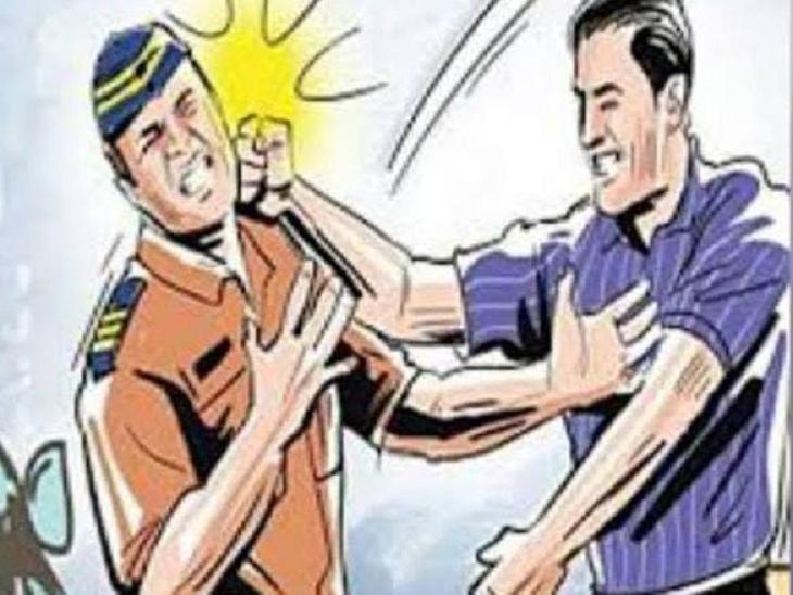 वाराणसी में स्कूटर सवार ने ट्रैफिक पुलिस के सिपाही को सरेराह पीटा, बोला - एंबुलेंस खड़ी है तुझे दिखता नहीं, दर्ज हुआ केस|वाराणसी,Varanasi - Dainik Bhaskar