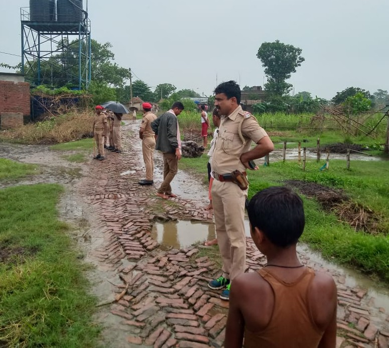 घटनास्थल पर कैंप करती पुलिस। - Dainik Bhaskar