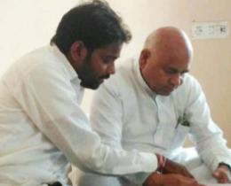 पूर्व मंत्री व विधायक डॉ गोविंद सिंह से चर्चा करते हुए    मानसिंह कुशवाह। (यह फोटो पुराना है) - Dainik Bhaskar
