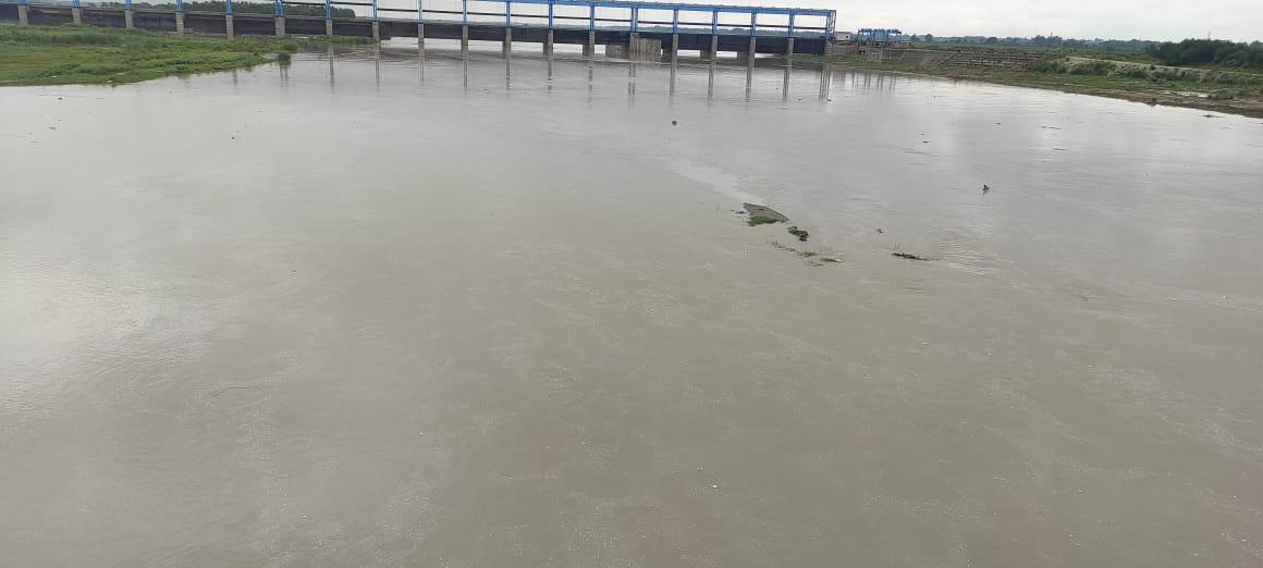 खतरे के निशान से महज पांच मीटर से भी नीचे रह गई है रामगंगा।